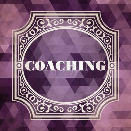 Photo pour Coaching concept. design vintage. fond violet fait de triangles. - image libre de droit