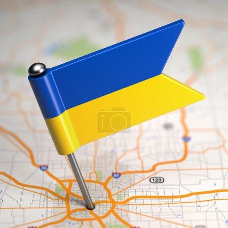 Photo pour Petit drapeau de l'ukraine collée dans le fond de carte avec mise au point sélective. - image libre de droit