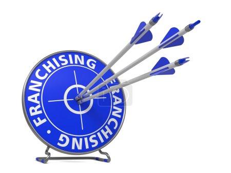 Photo pour Concept de franchisage. trois flèches dans la cible bleue. - image libre de droit