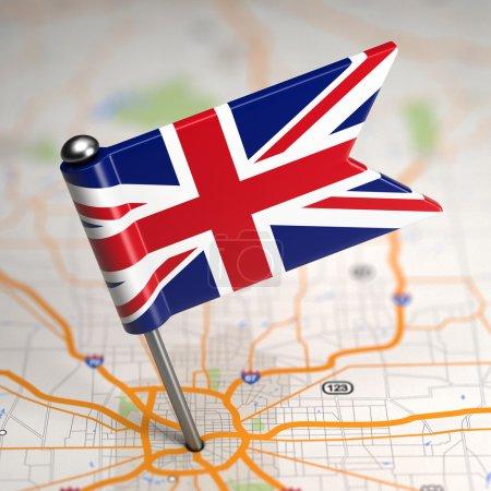 Photo pour Petit drapeau du Royaume-Uni de la Grande-Bretagne sur un fond de carte avec mise au point sélective. - image libre de droit