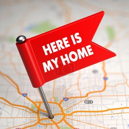Photo pour Voici ma maison - petit drapeau sur un fond de carte avec mise au point sélective. - image libre de droit