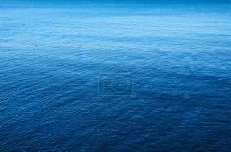 Foto de Imagen de fondo de un mar azul tranquilo y pacífico - Imagen libre de derechos