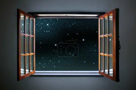 Photo pour Fenêtre de chambre grande ouverte sur un ciel étoilé calme et clair - image libre de droit