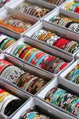 Kolekce krásné indické barevné náramky v zářivých barvách