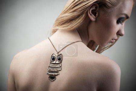 Photo pour Belle femme avec collier. Bijoux et Beauté. Photo de mode - image libre de droit