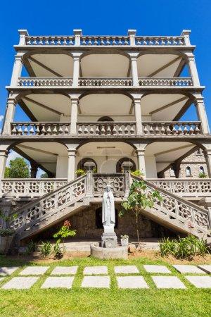 Photo pour Vue latérale de la domus, l'imposante résidence du sacerdoce catholique à victoria, Mahé, seychelles - image libre de droit