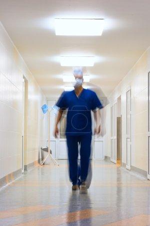 Photo pour Flou en mouvement médecin dans le long couloir - image libre de droit