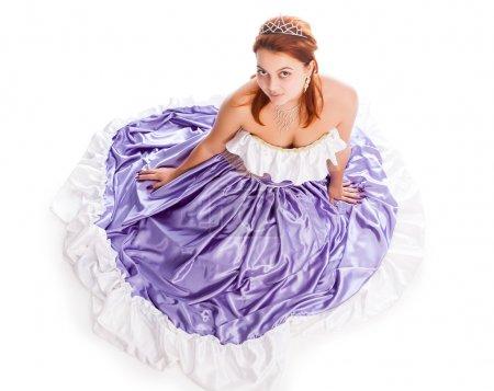 Photo pour Jeune jolie femme en robe de soirée avec diadème - image libre de droit