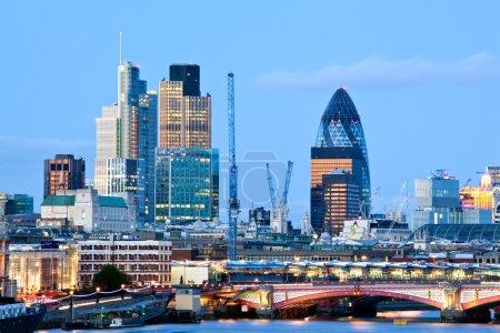 Photo pour Londres Skylines au crépuscule Angleterre Royaume-Uni - image libre de droit