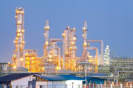 Photo pour Architecture de l'usine de raffinage de pétrole Crépuscule - image libre de droit