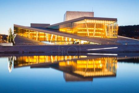 Photo pour Opéra d'Oslo briller au crépuscule, crépuscule du matin, Norvège - image libre de droit
