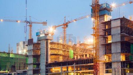 Foto de Grúas de construcción grande al atardecer - Imagen libre de derechos