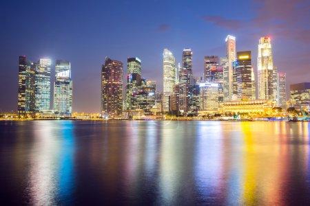 Photo pour Paysage urbain de Singapour ville skyline du centre gratte-ciel au crépuscule - image libre de droit