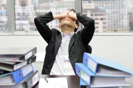 Photo pour Homme d'affaires réfléchie ou stressante au travail - image libre de droit