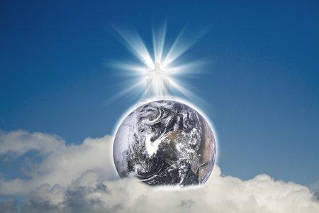 Photo pour Jésus Christ dans le ciel bleu avec des nuages blancs et la planète bleue Terre (éléments terrestres de cette image fournie par la NASA ) - image libre de droit