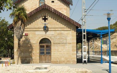 Photo pour Gare de style ancien et rails de chemin de fer - image libre de droit