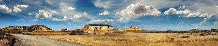 Pequeña casa en la pradera imagen panorámica