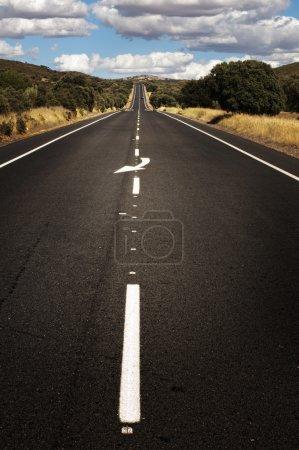 Photo pour Marquage de ligne de route et blanc asphalte. bouchent à faible point de vue. - image libre de droit