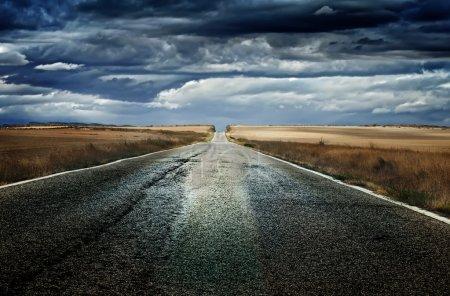 Photo pour Ancienne route d'asphalte dramatique. - image libre de droit