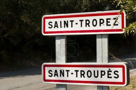 Photo pour Panneau routier et arbres St. Tropez en arrière-plan - image libre de droit