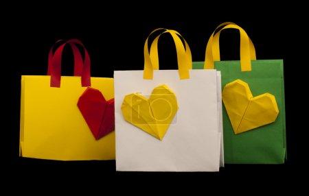 sacs à provisions avec cœur. origami isolé
