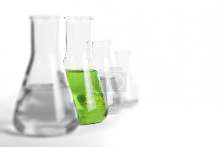 Photo pour Équipement de verrerie de laboratoire. Béchers de laboratoire remplis de substances liquides colorées - image libre de droit