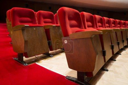 Photo pour Sièges rouges dans un théâtre et Opéra - image libre de droit