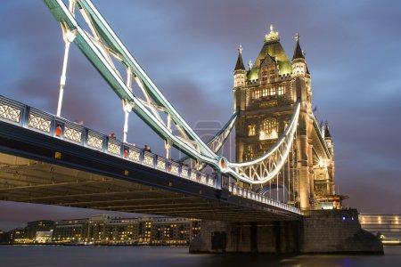 Photo pour Pont London Tower au coucher du soleil illuminé de différentes couleurs - image libre de droit