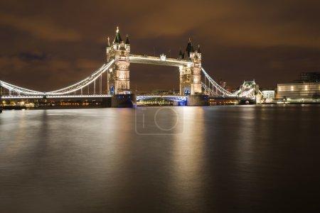 Photo pour London tower bridge sur coucher de soleil illuminé avec différentes couleurs - image libre de droit