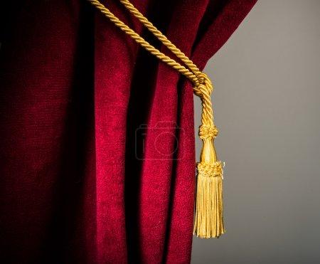 Photo pour Rideau en velours rouge avec pompon. Gros plan - image libre de droit