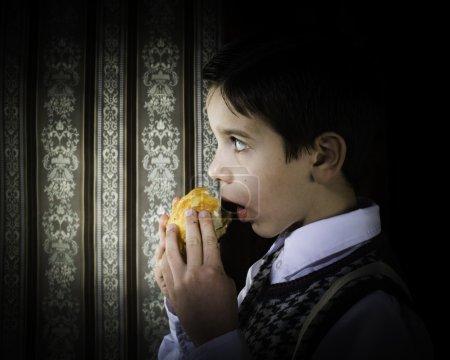 Photo pour Enfants qui mangent donut. fond et vêtements vintage - image libre de droit