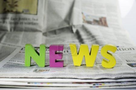 Photo pour Nouvelles de mot sur les journaux. lettres en bois - image libre de droit