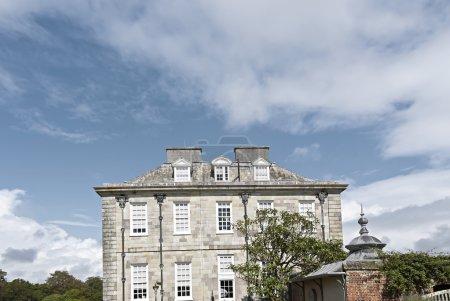 Photo pour Une vue de côté d'un manoir anglais du XVIIIe siècle - image libre de droit