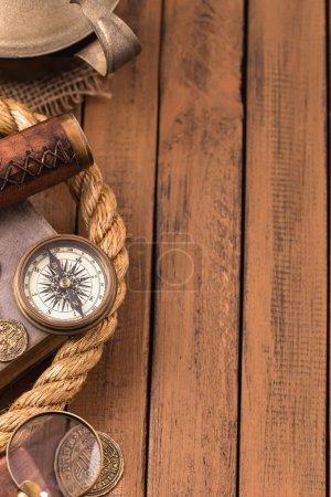 Photo pour Accessoires nautiques vintage côté gauche de la surface en bois - image libre de droit
