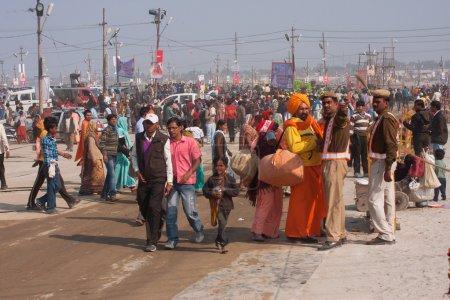 Photo pour Zone bondé fou près de Sangam lors du plus grand festival au monde - Kumbh Mela à Allahabad en Inde. Il se tient tous les 12 ans sur les rives du Gange - image libre de droit