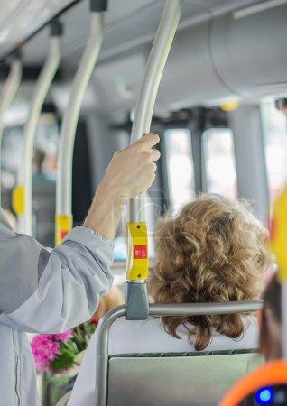 Photo pour Intérieur de bus urbain moderne avec passagers - image libre de droit
