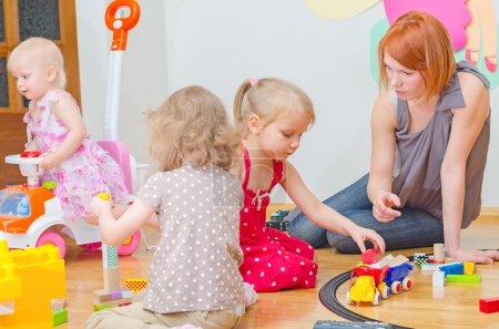 Foto de Niños jugando en el jardín de la infancia. - Imagen libre de derechos