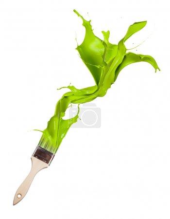 Photo pour Peinture verte éclaboussant le pinceau. Isolé sur fond blanc - image libre de droit