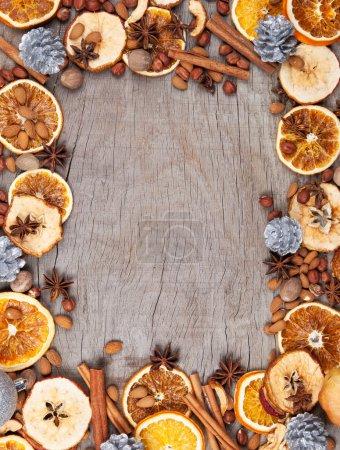 Photo pour Épices de Noël avec tranches d'orange et de pomme sèches dans le cadre avec espace libre pour le texte - image libre de droit