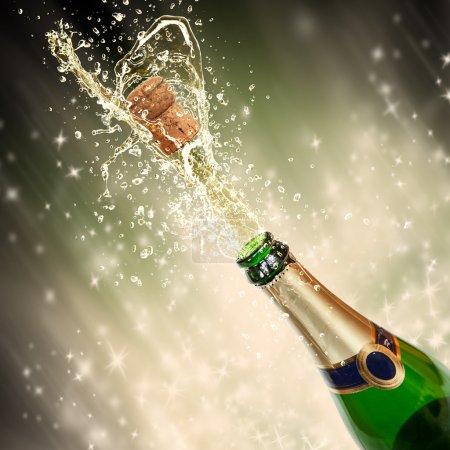 Photo pour Thème de célébration avec éclaboussures de champagne - image libre de droit