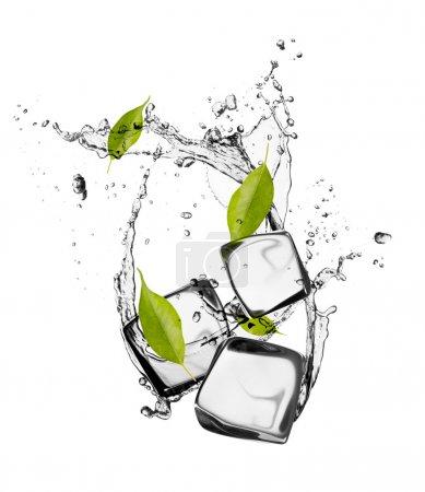 Photo pour Cubes de glace avec éclaboussures d'eau, isolés sur fond blanc - image libre de droit