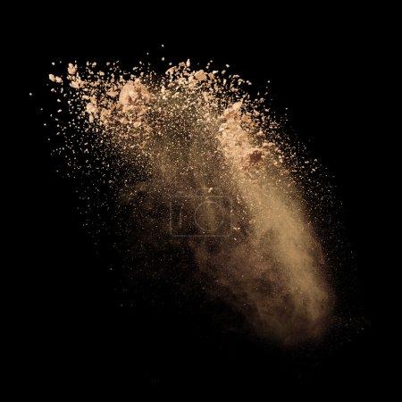 Photo pour Poudre de maquillage isolée sur fond noir - image libre de droit