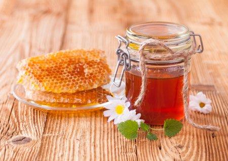 Photo pour Nature morte de miel sur table en bois - image libre de droit