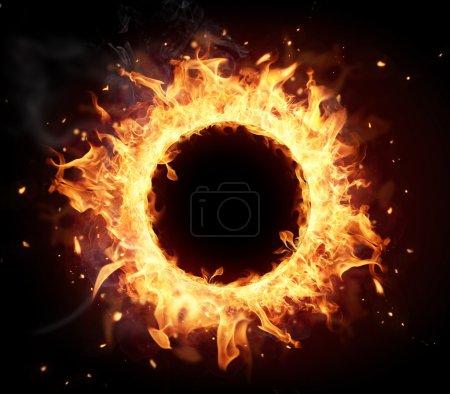 Photo pour Cercle de feu avec un espace libre pour le texte. isolé sur fond noir - image libre de droit