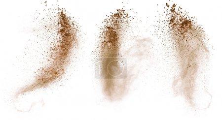 Foto de Polvo de maquillaje aislado con pincel sobre fondo blanco - Imagen libre de derechos