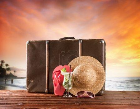 Foto de Retro maleta con accesorios de madera - Imagen libre de derechos