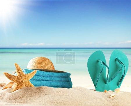 Photo pour Concept d'été avec plage de sable et accessoires de natation - image libre de droit