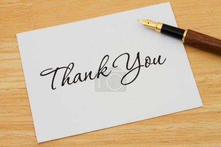 Photo pour Une carte de remerciement avec un stylo plume sur un bureau en bois, Ecrire un mot de remerciement - image libre de droit