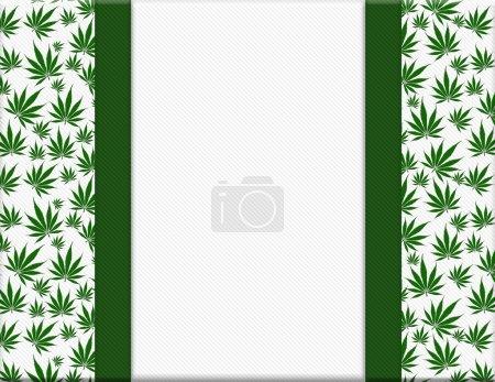 Photo pour La marijuana laisse cadre avec fond de ruban avec centre de copie-espace - image libre de droit