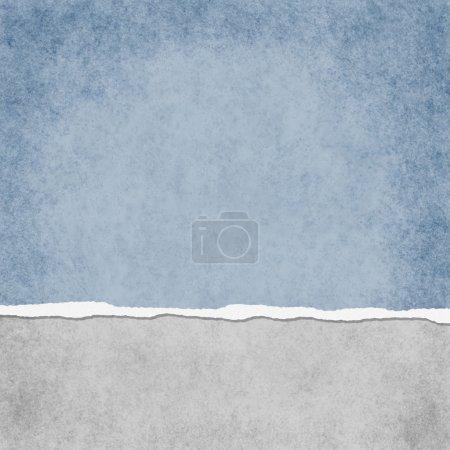 Photo pour Carré léger grunge bleu déchiré fond texturé avec espace copie en haut et en bas - image libre de droit